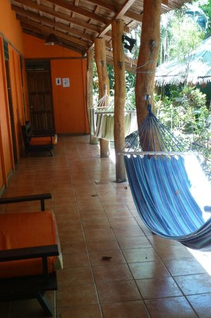 Mi Casa Hostel El Tesoro: Veranda of the dorm facilities