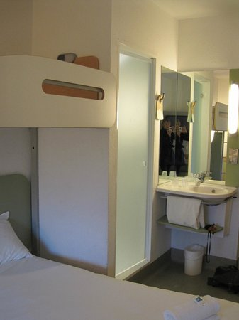 Hotel ibis budget Leeds Centre: View to shower pod etc
