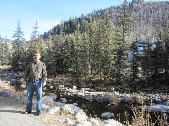 Hotel Talisa, Vail: Walking trail and river behind the resort
