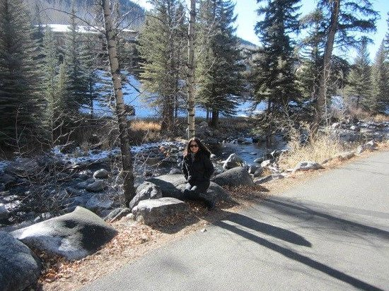 Vail Cascade Resort & Spa: Walking trail and river behind the resort