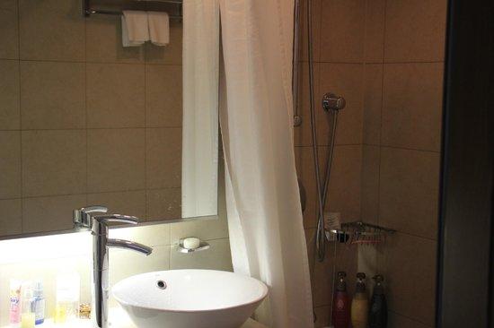 Hotel Metropolitan Tokyo Ikebukuro : Wash basin and bathroom