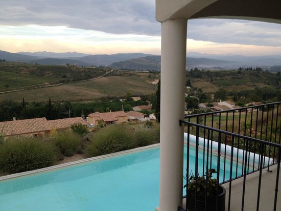 La Cortanela : Looking out over the pool towards the distant Pyrenees