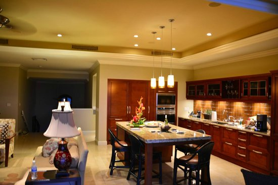 Ho'olei at Grand Wailea: Kitchen with twin Sub Zeros