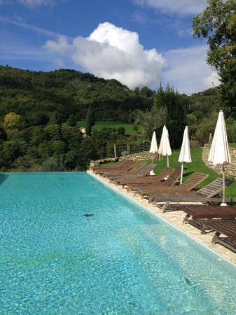 Borgo di Carpiano: Pool - gorgeous siting