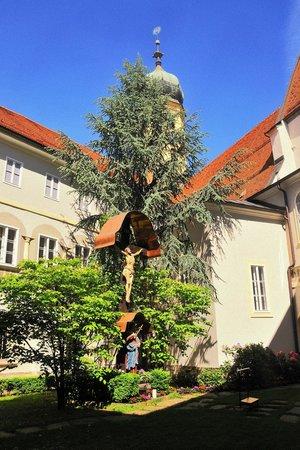 Church of the Franciscans (Franziskanerkirche) : Der Innengarten