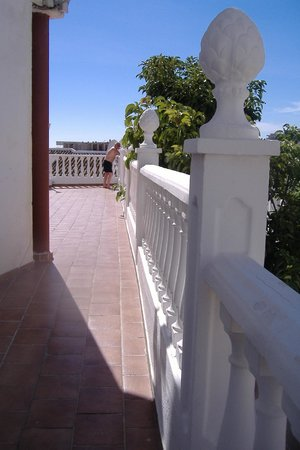 HOTEL BETANIA: Walk way to sunloungers from pool