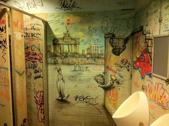 Die Berliner Republik - Brokers Bierbörse: Les toilettes décorées