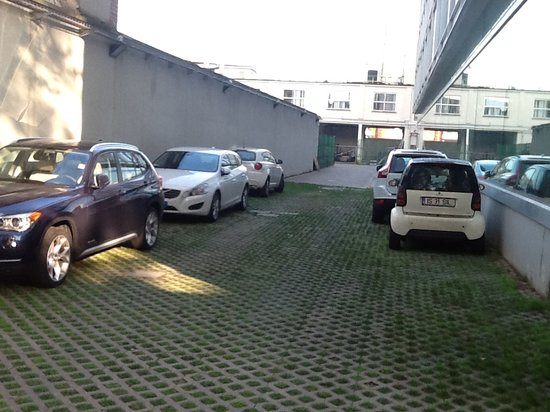 Doubletree by Hilton Milan: Hotel paid parking