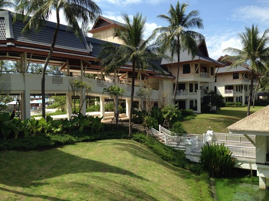Outrigger Laguna Phuket Beach Resort : Outside view