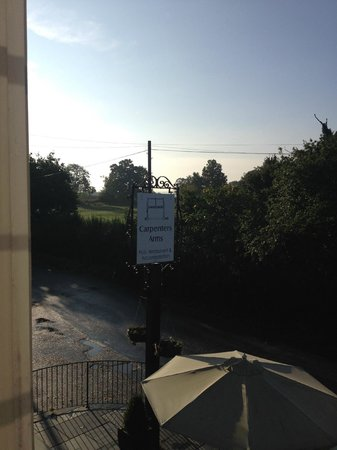 The Carpenters Arms : Sunny morning in October. Hotel located on nice quiet lane