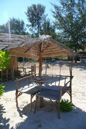 Balenta Bungalows: Tavoli sulla spiaggia del Balenta dove fare colazione e pranzare
