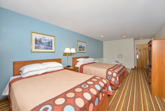 Super 8 by Wyndham Bedford: guest room