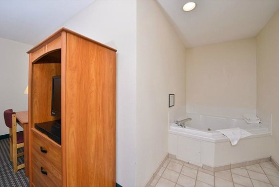 Super 8 by Wyndham Bedford: jacuzzi suite