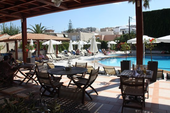 Atlantis Beach Hotel: Pool  taverne