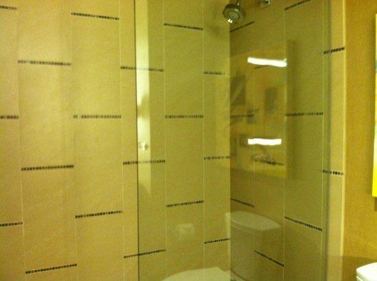 Omni Dallas Hotel: spacious bathroom