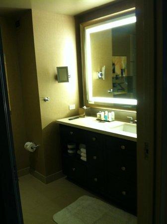 Omni Dallas Hotel: vanity area