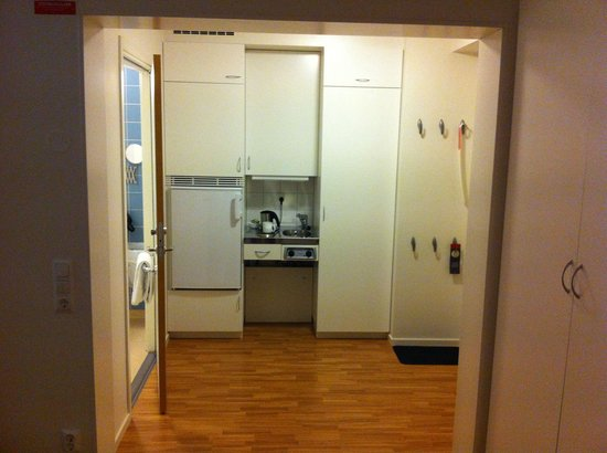 Attendo Park Hotel : Kitchenette, with kettle and fridge in the room