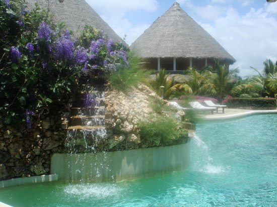 Ocean Beach Resort & Spa : one of the three pools. crystal clear with no chlorine detection!