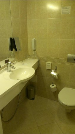 Amberton Hotel: Bathroom in standard room
