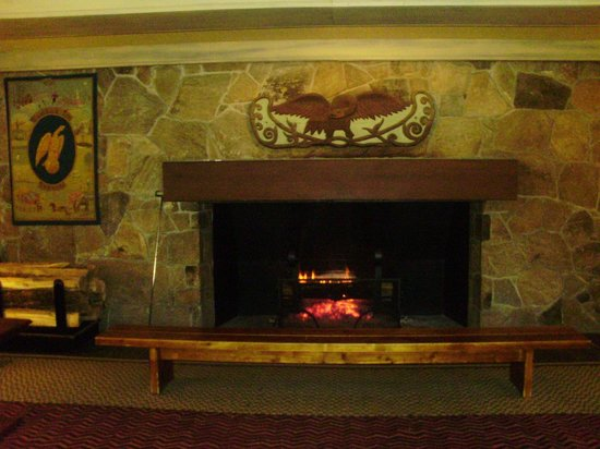 Woodstock Inn and Resort: The log fire in the lobby