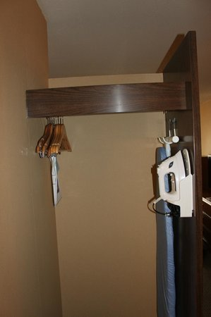 Best Western Merrimack Valley: Hanging area, a Wardrobe would've came in useful!