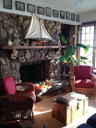 Elizabeth Pointe Lodge: A cozy lobby area of the lodge