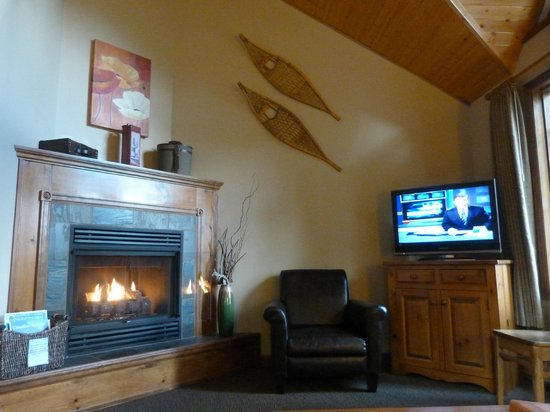 Paradise Lodge & Bungalows: Living Room & Fire