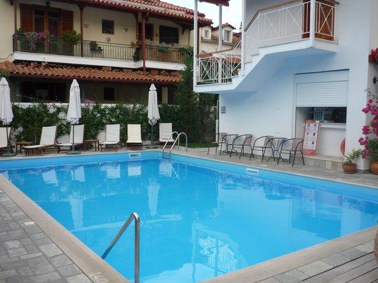 Neda Hotel: piscine