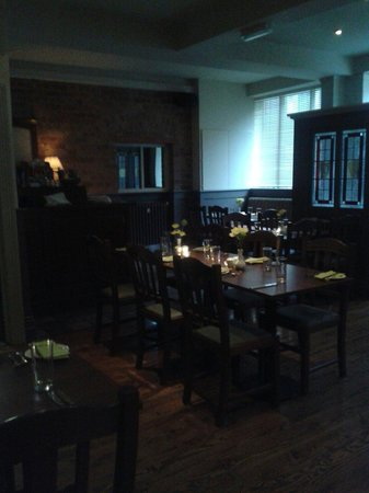 Noel Ryan Bar and Restaurant: Dining room at dusk