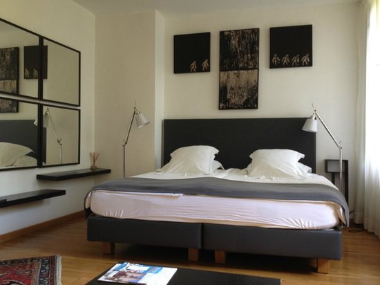 Le Limas: Comfy bed with Marion's art above