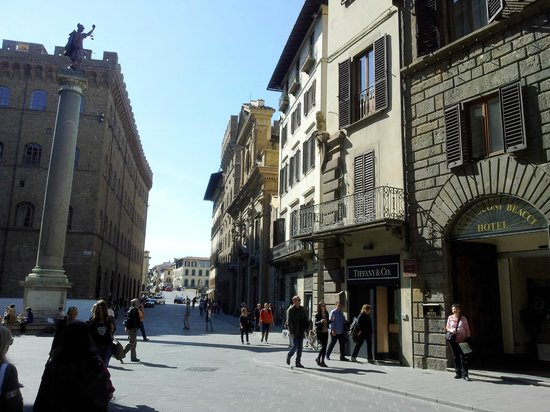 Hotel Tornabuoni Beacci : Entrance to the hotel on the right, with the bridge over the river in the background