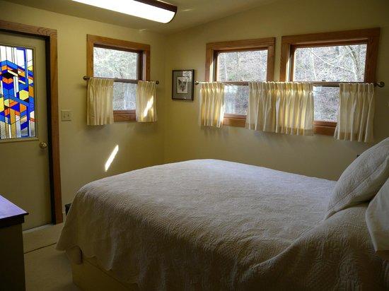 Inn at Rainbow Hills: bedroom with balcony