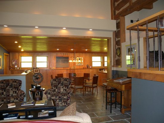 Inn at Rainbow Hills: living room and dining area