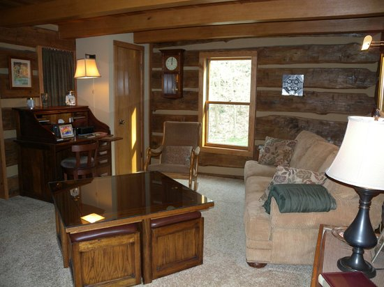 Inn at Rainbow Hills: sitting area and tv room