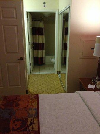 Residence Inn Tampa Westshore/Airport: To bathroom