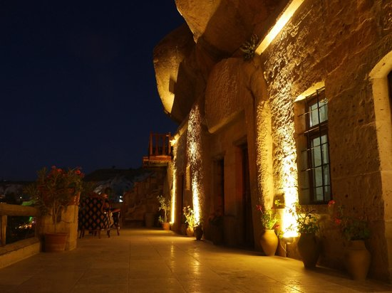 Star Cave Hotel: the hotel at night time