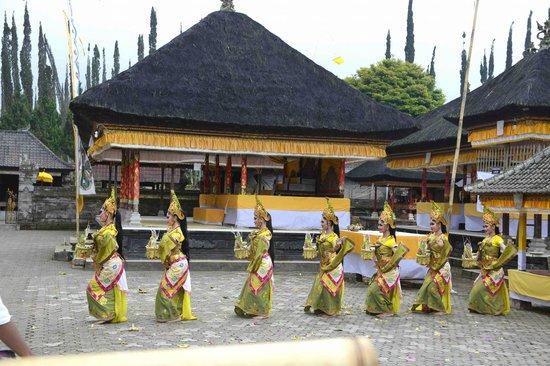 Ulun Danu Temple: The Dance Performance In the Temple Complex