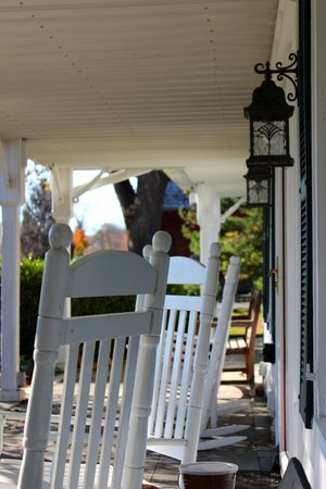 Apple Valley Inn Bed & Breakfast : Front porch