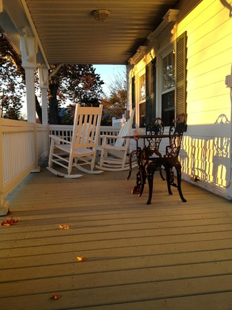 Apple Valley Inn Bed & Breakfast : Second floor balcony