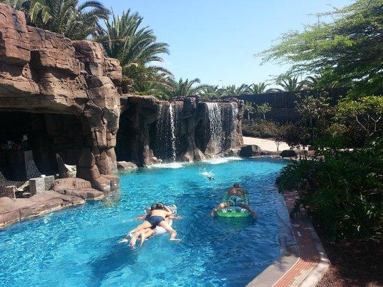 Lopesan Baobab Resort: Cascada en la piscina