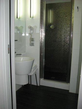 Hotel Aaron: 207 Bathroom
