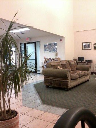 Ramada Decatur: lobby area loking from the breakfast area