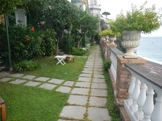 Hotel Buca di Bacco: The walkway to our room through the garden