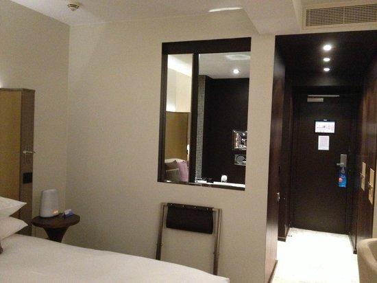 Radisson Blu 1835 Hotel & Thalasso: Зеркало можно отодвинуть если что то нужно взять в ванной комнате