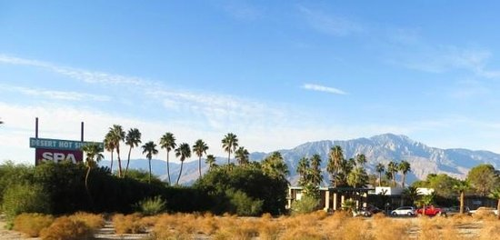 Desert Hot Springs Spa Hotel: Blue skys and Palm trees