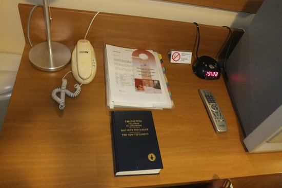 Hotel Yacht Wellness & Business Siófok : столик. Под столом неплохой бар