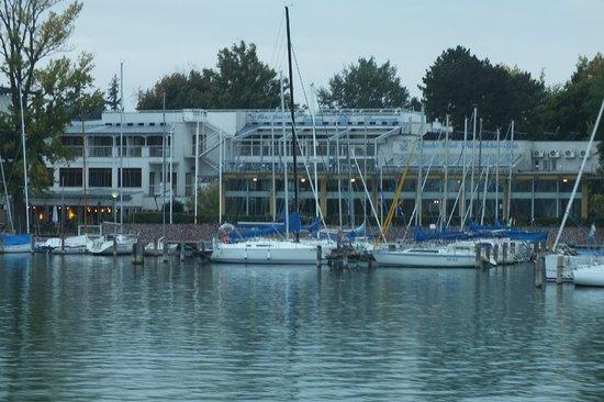 Hotel Yacht Wellness & Business Siófok : Вид на отель с прогулочного катера.