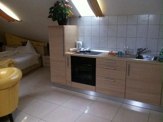 Hotel du Faucon: Küchenzeile
