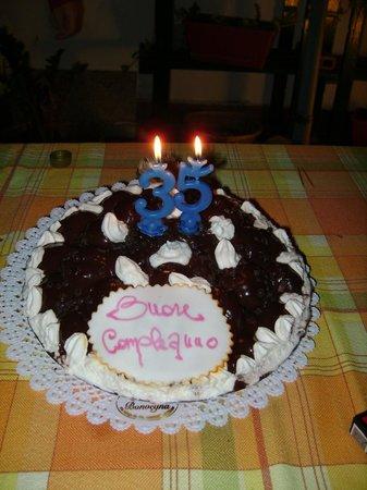 Pasticceria Verona & Bonvegna: Torta di compleanno realizzata su richiesta con profitterol al cioccolato