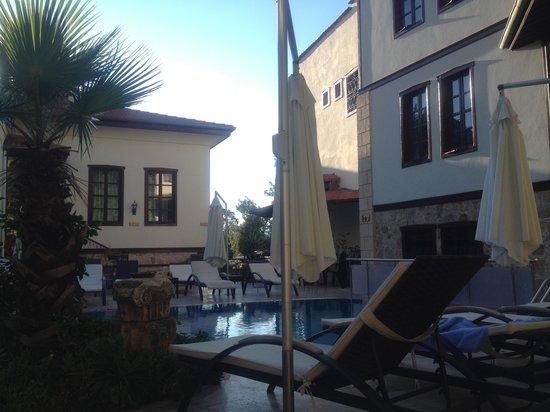 Dogan Hotel : У бассейна